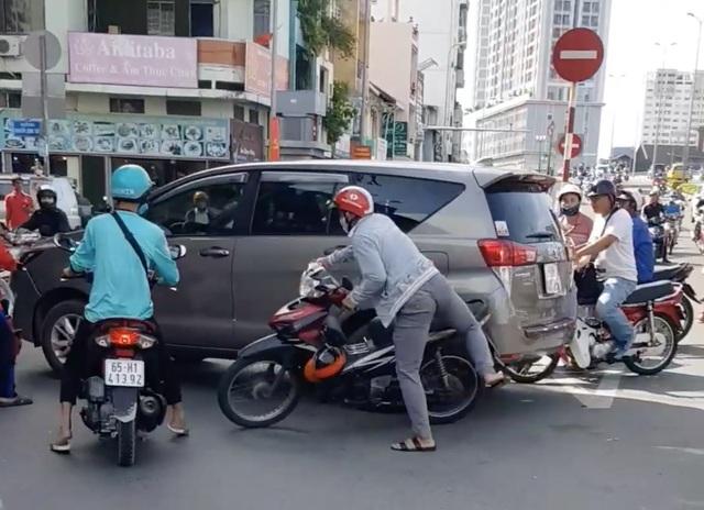 Xôn xao clip gần chục người dân truy đuổi ô tô gây tai nạn - 1