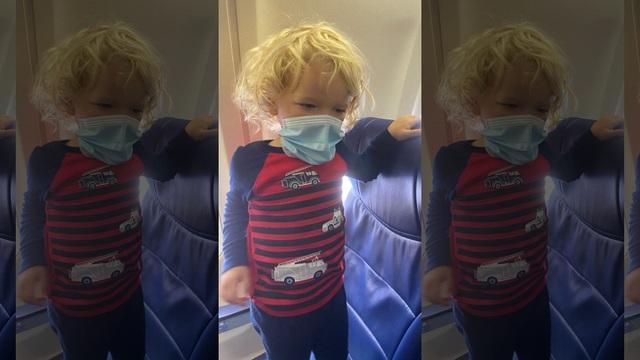 Bé trai 2 tuổi bị đuổi khỏi máy bay vì không đeo khẩu trang - 1