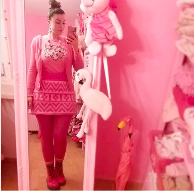 Độc đáo ngôi nhà và trang phục của cô giáo nghiện màu hồng - 1