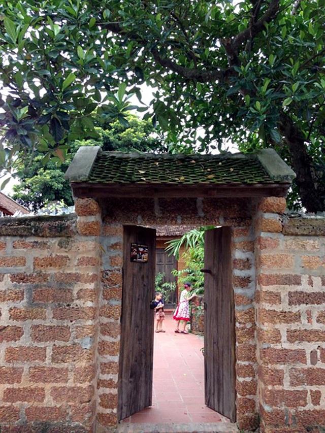 Độc nhất Hà Nội: Biệt phủ làm từ đá ong, bên trong toàn đồ cổ quý - 1