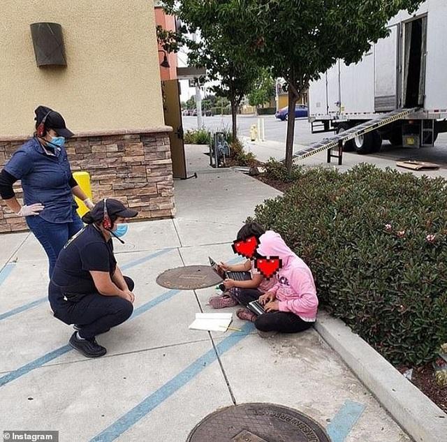 Mỹ: Hai bé gái ngồi học trên lề đường, bắt WiFi miễn phí để làm bài về nhà - 1