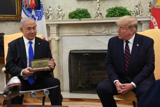Ông Trump tặng Thủ tướng Israel chìa khóa Nhà Trắng - 1