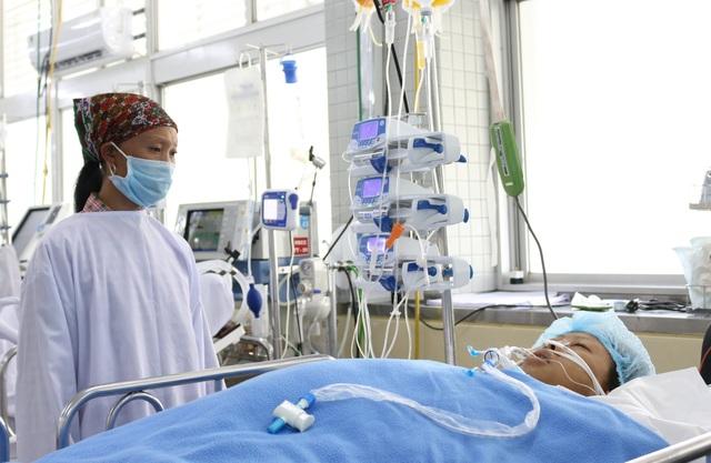 Xuyên đêm phẫu thuật cứu bệnh nhân bị xe lu cán qua người - 2