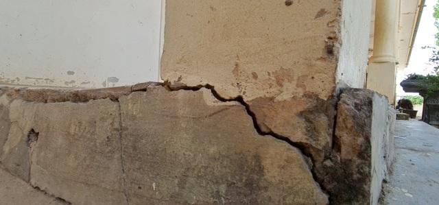 Vụ trường học sắp sập ở Nghệ An: Sau cơn bão, mái ngói bị sập hàng loạt - 13
