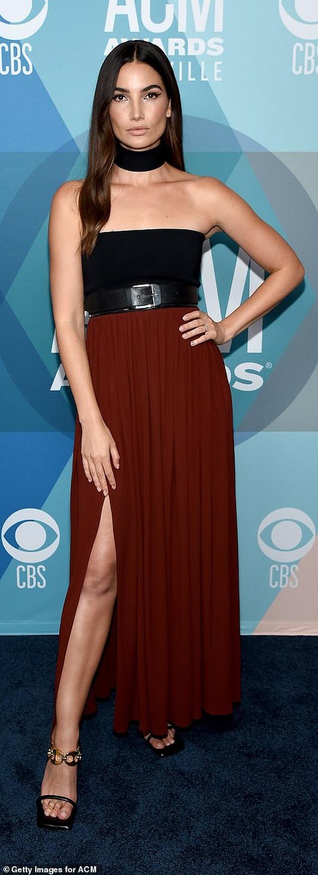 Taylor Swift bị chê mặc tẻ nhạt khi dự sự kiện - 10