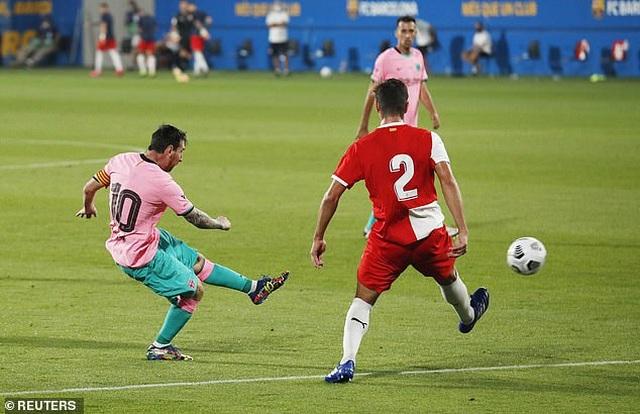 Messi lập cú đúp giúp Barcelona thắng trận derby Catalonia - 2