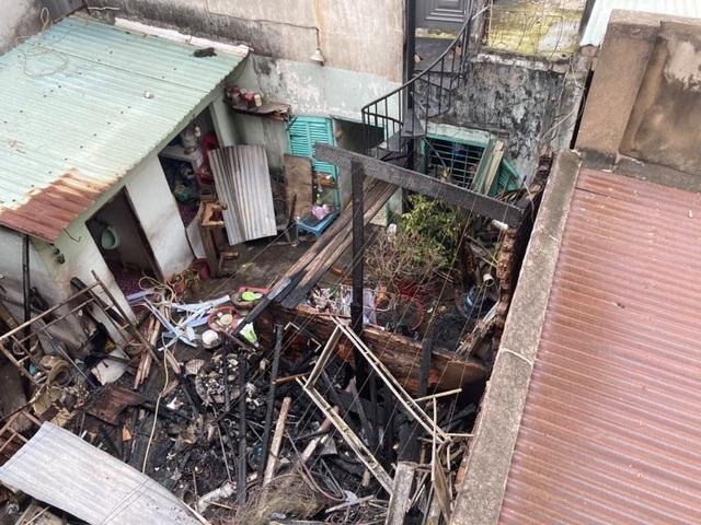 Lửa bùng phát từ căn nhà khóa cửa, cháy lan 2 nhà sát vách - 1