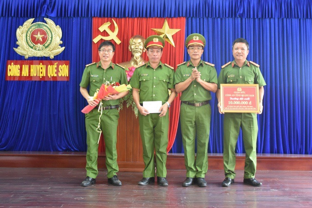 Công an thưởng nóng nhiều đơn vị xuất sắc trong tấn công trấn áp tội phạm - 1