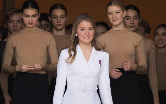 Công chúa kế vị Bỉ lăn xả khi tham gia huấn luyện quân sự - 12