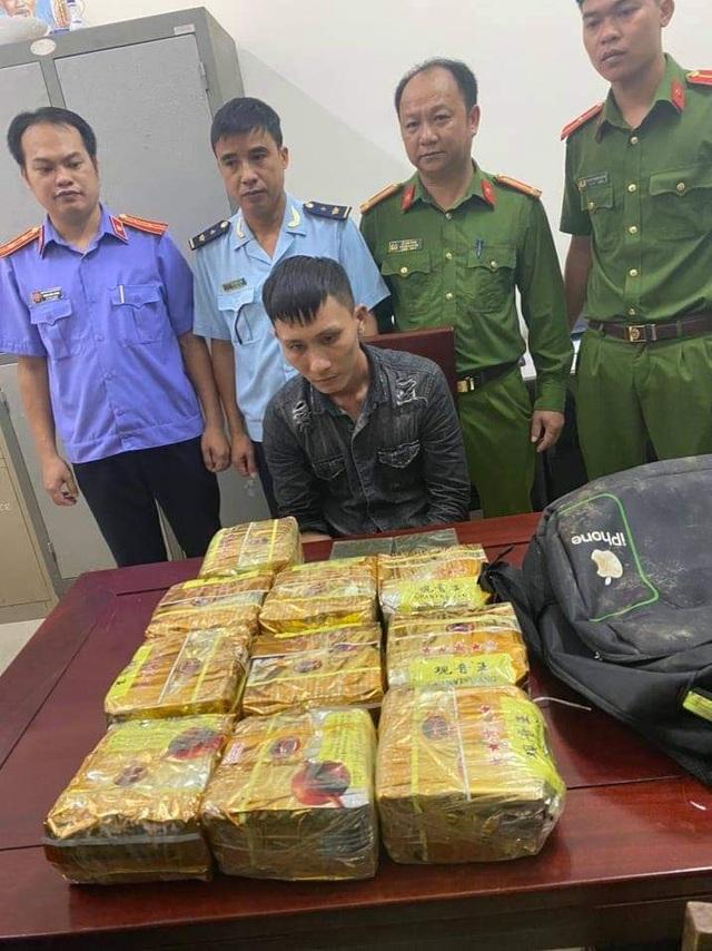 Vứt ba lô chứa 10kg ma túy rồi bỏ chạy - 1