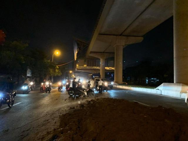 Hà Nội: Người đi xe máy ngã dúi dụi vì đống đất vương vãi trên đường - 2