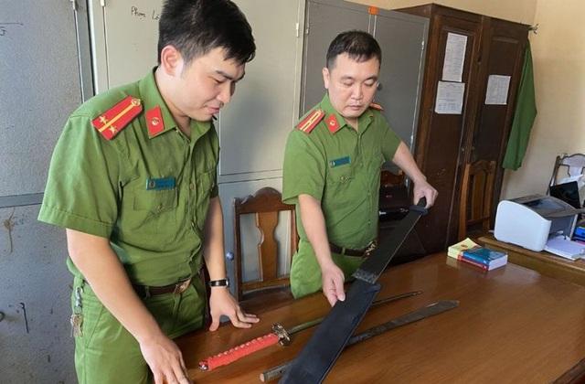 4 con nghiện mang vũ khí đi đòi tiền bảo kê trên đường Hồ Chí Minh - 1