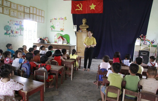 Thương hàng trăm em nhỏ lấm lem đi kiếm chữ trong hội trường thôn, buôn - 1