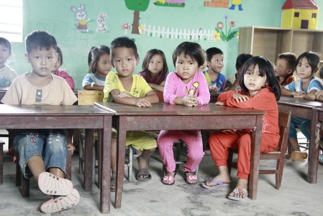 Thương hàng trăm em nhỏ lấm lem đi kiếm chữ trong hội trường thôn, buôn - 5