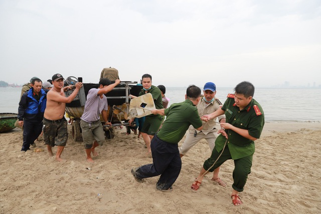 Ngư dân Đà Nẵng hối hả đưa tàu thuyền lên bờ tránh bão số 5 - 6