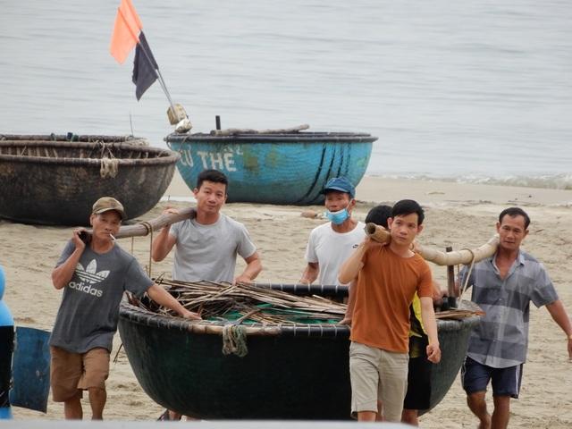 Ngư dân Đà Nẵng hối hả đưa tàu thuyền lên bờ tránh bão số 5 - 4