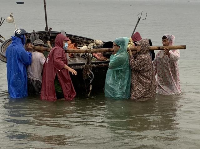 Ngư dân Đà Nẵng hối hả đưa tàu thuyền lên bờ tránh bão số 5 - 3
