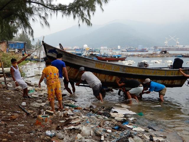 Ngư dân Đà Nẵng hối hả đưa tàu thuyền lên bờ tránh bão số 5 - 5
