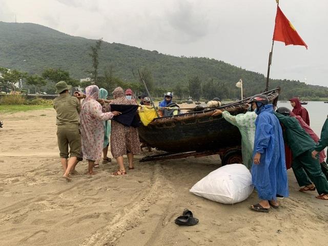 Ngư dân Đà Nẵng hối hả đưa tàu thuyền lên bờ tránh bão số 5 - 1