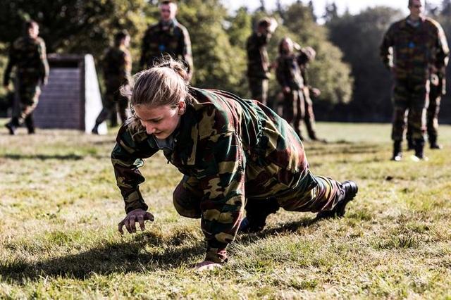 Công chúa kế vị Bỉ lăn xả khi tham gia huấn luyện quân sự - 1