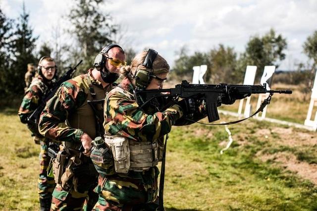 Công chúa kế vị Bỉ lăn xả khi tham gia huấn luyện quân sự - 2
