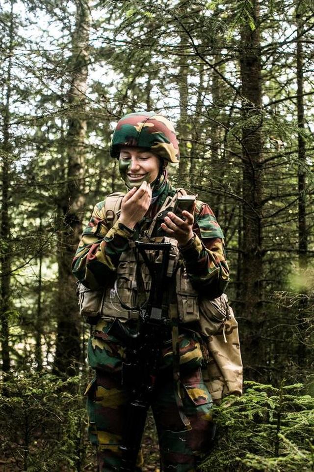 Công chúa kế vị Bỉ lăn xả khi tham gia huấn luyện quân sự - 3