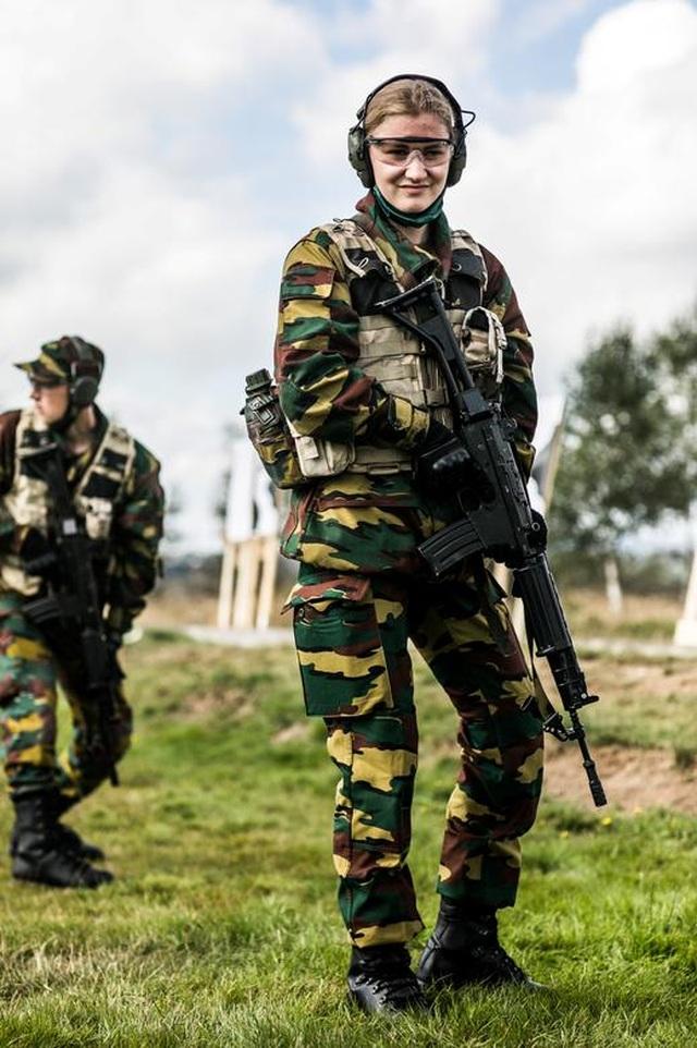 Công chúa kế vị Bỉ lăn xả khi tham gia huấn luyện quân sự - 4