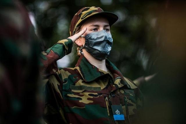 Công chúa kế vị Bỉ lăn xả khi tham gia huấn luyện quân sự - 7