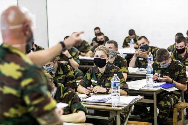 Công chúa kế vị Bỉ lăn xả khi tham gia huấn luyện quân sự - 8