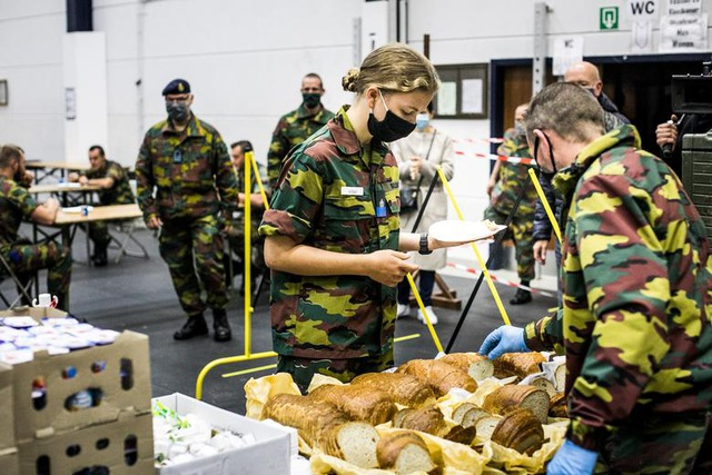 Công chúa kế vị Bỉ lăn xả khi tham gia huấn luyện quân sự - 9