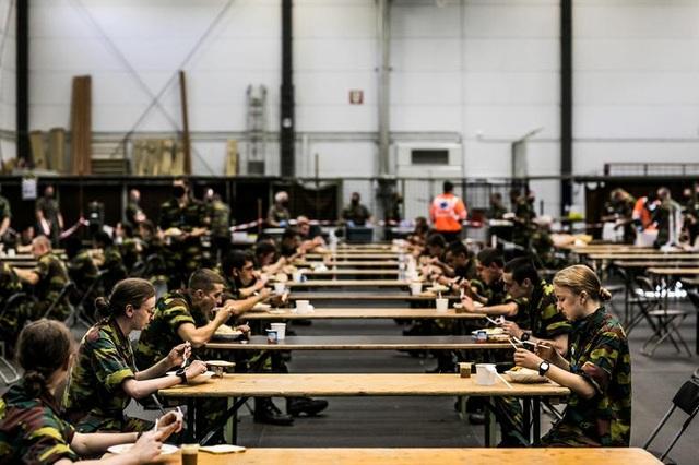 Công chúa kế vị Bỉ lăn xả khi tham gia huấn luyện quân sự - 10