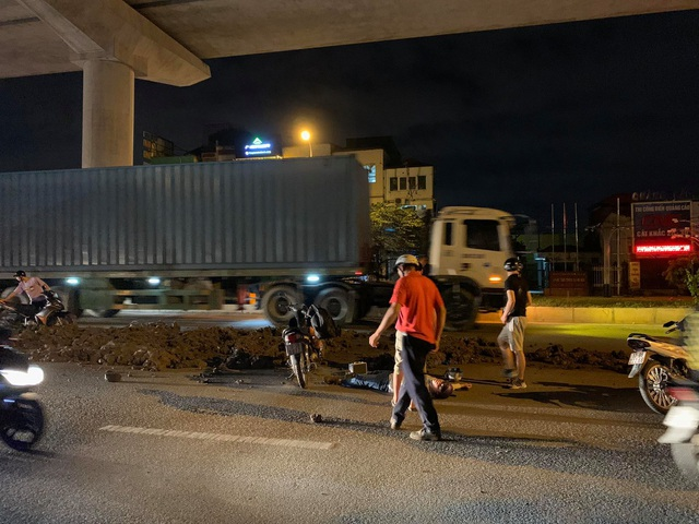 Hà Nội: Người đi xe máy ngã dúi dụi vì đống đất vương vãi trên đường - 1