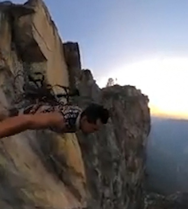 """Nhảy xuống vực sâu, kẻ liều mạng có lúc """"bị treo"""" trên vách núi - 2"""