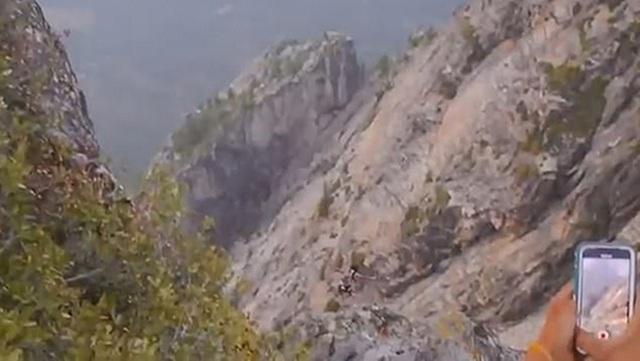 """Nhảy xuống vực sâu, kẻ liều mạng có lúc """"bị treo"""" trên vách núi - 3"""