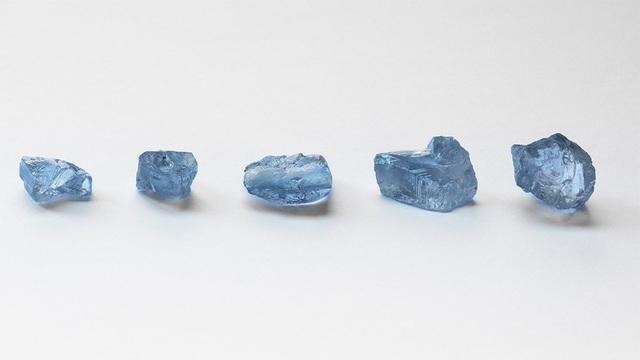 Choáng váng khi cùng lúc tìm thấy 5 viên kim cương xanh cực hiếm - 1