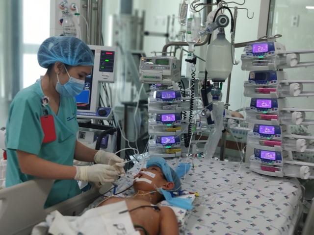 Ông Đoàn Ngọc Hải đưa bệnh nhi mồ côi viêm cơ tim tối cấp về quê - 2