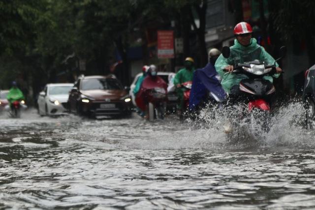 CSGT bất ngờ được tặng dép khi chân không đứng phân làn đường giữa trời mưa - 1