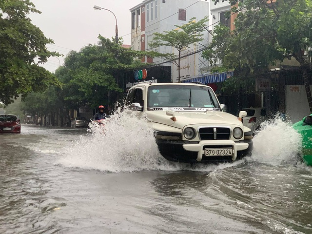 Hà Tĩnh mưa trắng trời, nhiều tuyến đường chìm trong biển nước - 8