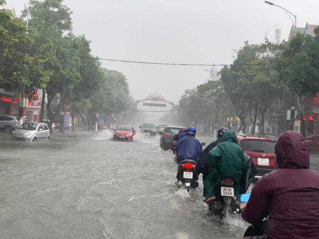 Hà Tĩnh mưa trắng trời, nhiều tuyến đường chìm trong biển nước - 2