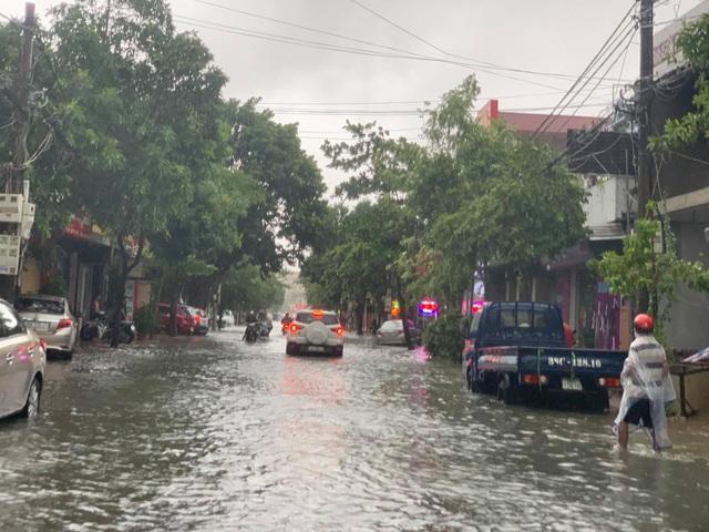 Hà Tĩnh mưa trắng trời, nhiều tuyến đường chìm trong biển nước - 7
