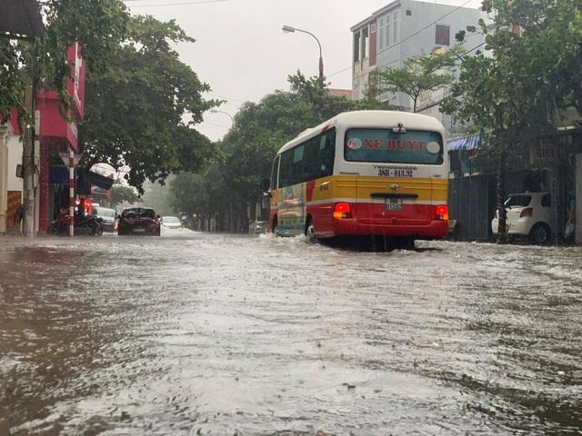 Hà Tĩnh mưa trắng trời, nhiều tuyến đường chìm trong biển nước - 9
