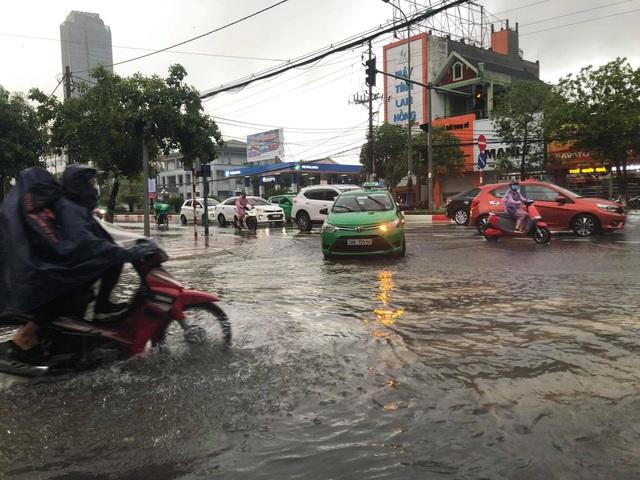Hà Tĩnh mưa trắng trời, nhiều tuyến đường chìm trong biển nước - 12