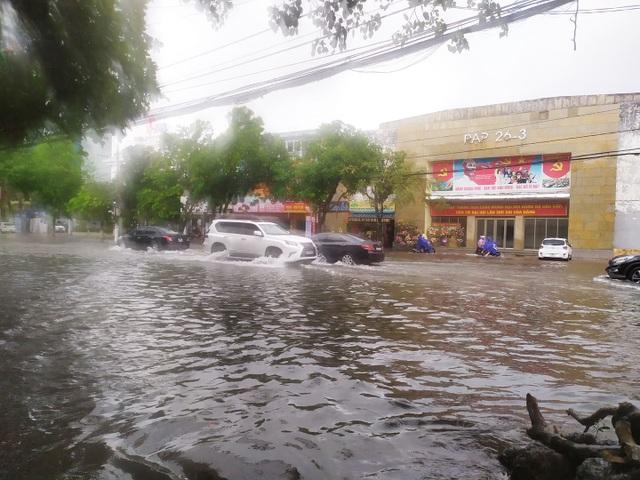 Hà Tĩnh mưa trắng trời, nhiều tuyến đường chìm trong biển nước - 11