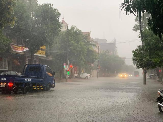 Hà Tĩnh mưa trắng trời, nhiều tuyến đường chìm trong biển nước - 4