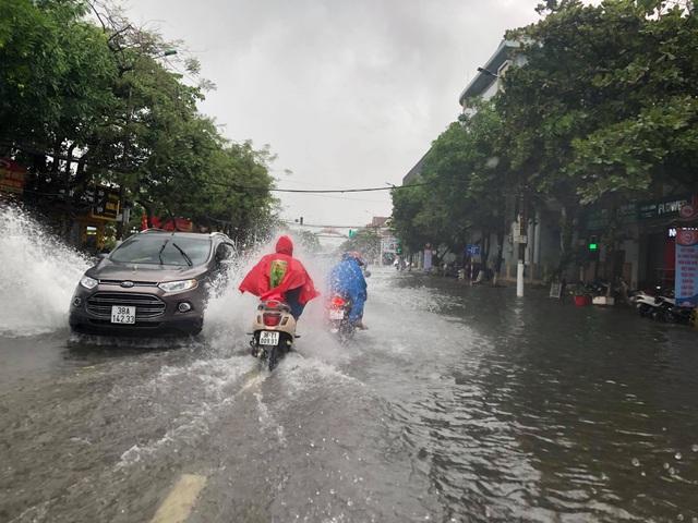 Hà Tĩnh mưa trắng trời, nhiều tuyến đường chìm trong biển nước - 10