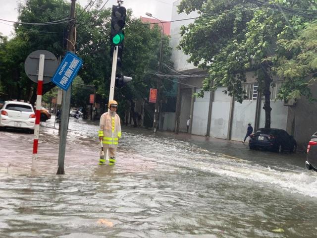 Hà Tĩnh mưa trắng trời, nhiều tuyến đường chìm trong biển nước - 22