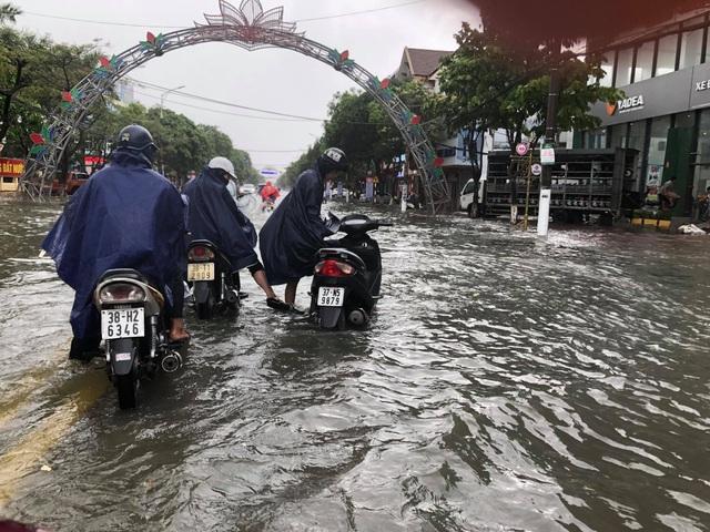 Hà Tĩnh mưa trắng trời, nhiều tuyến đường chìm trong biển nước - 16