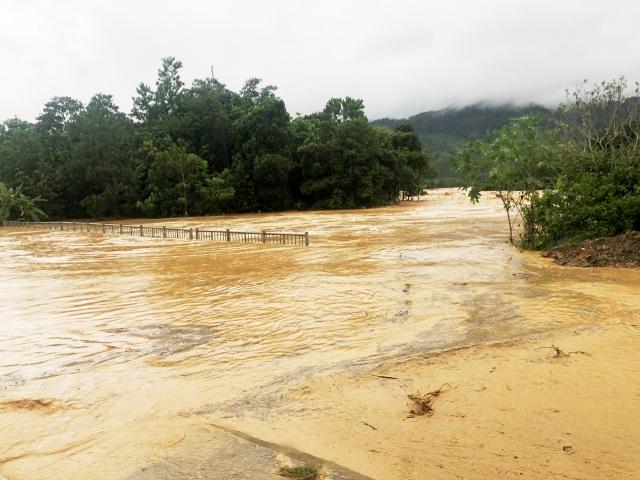 Hai huyện miền núi Quảng Nam bị chia cắt do bão số 5 - 3