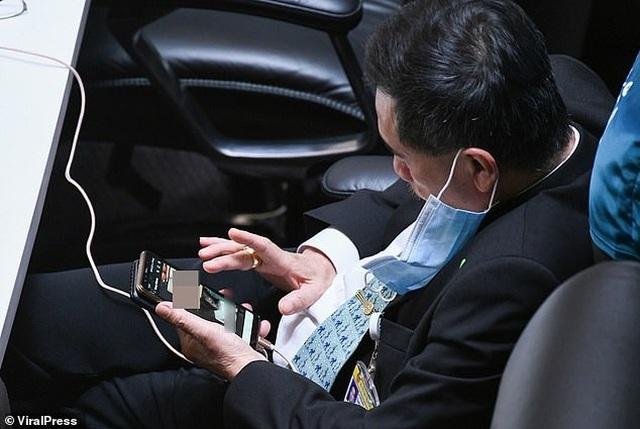 Nghị sĩ Thái Lan bị phát hiện xem ảnh nhạy cảm khi họp quốc hội - 1