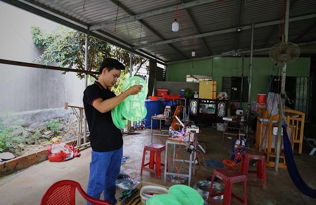 Kỹ sư 9x chế máy sản xuất bẫy ruồi, tạo việc làm cho nhiều người - 1